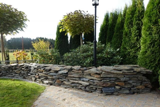 Ogród z murem z szarogłazu